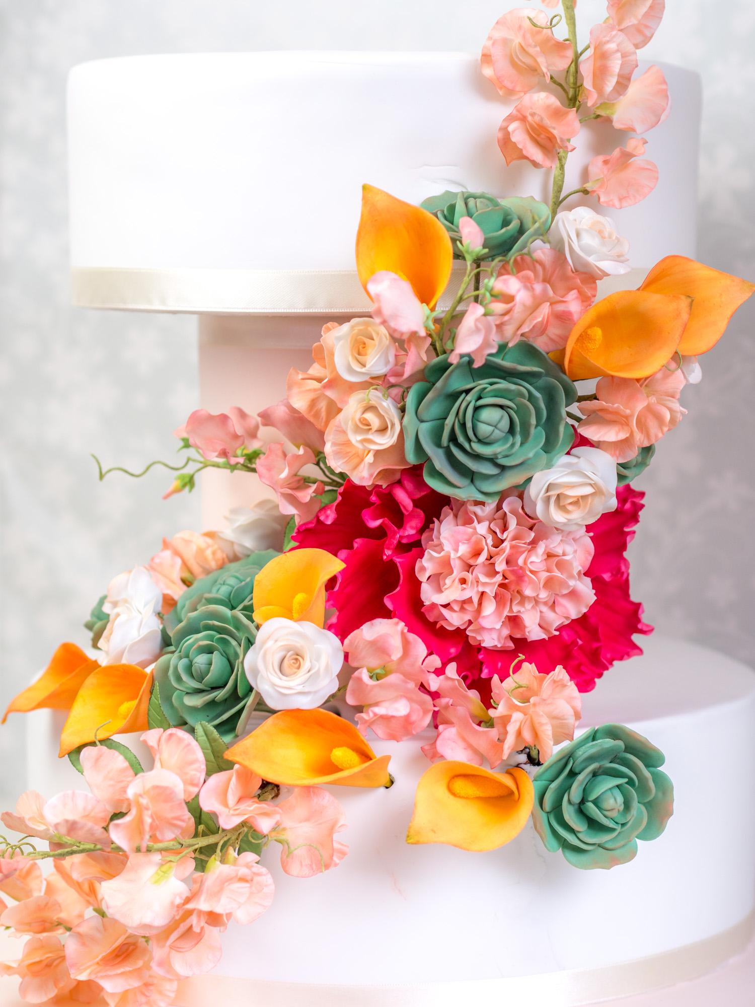 Moderne Hochzeitstorte mit Zuckerblumen - Ofenkieker