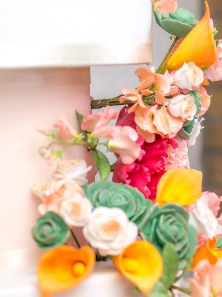 Blumen in Torte stecken