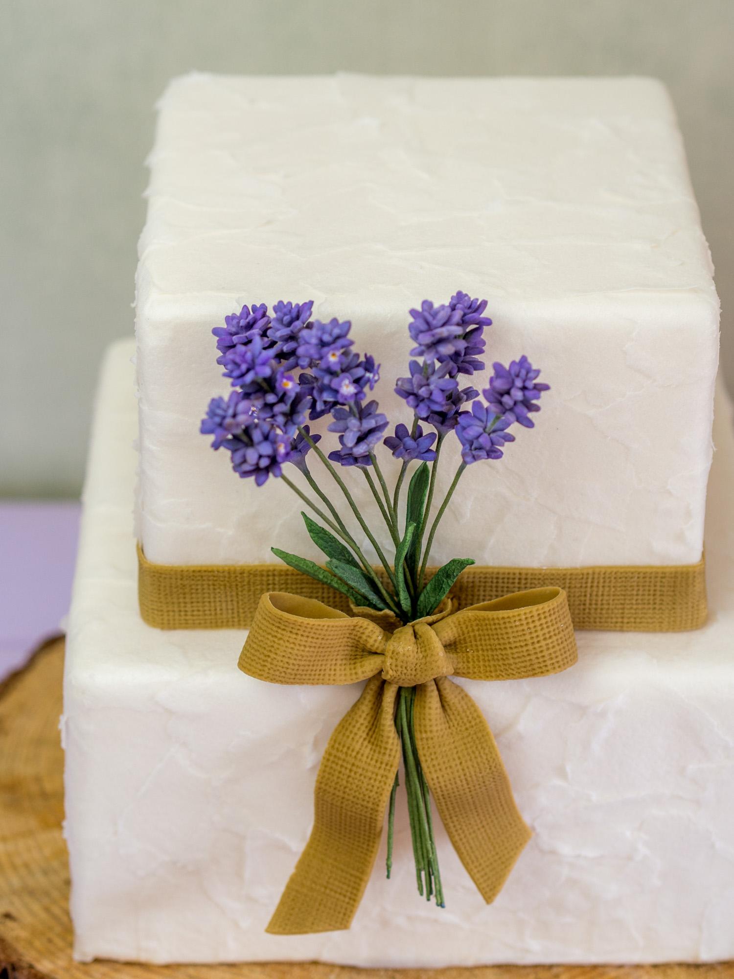 Rustikale Hochzeitstorte Mit Lavendel Jute Und Papierstruktur