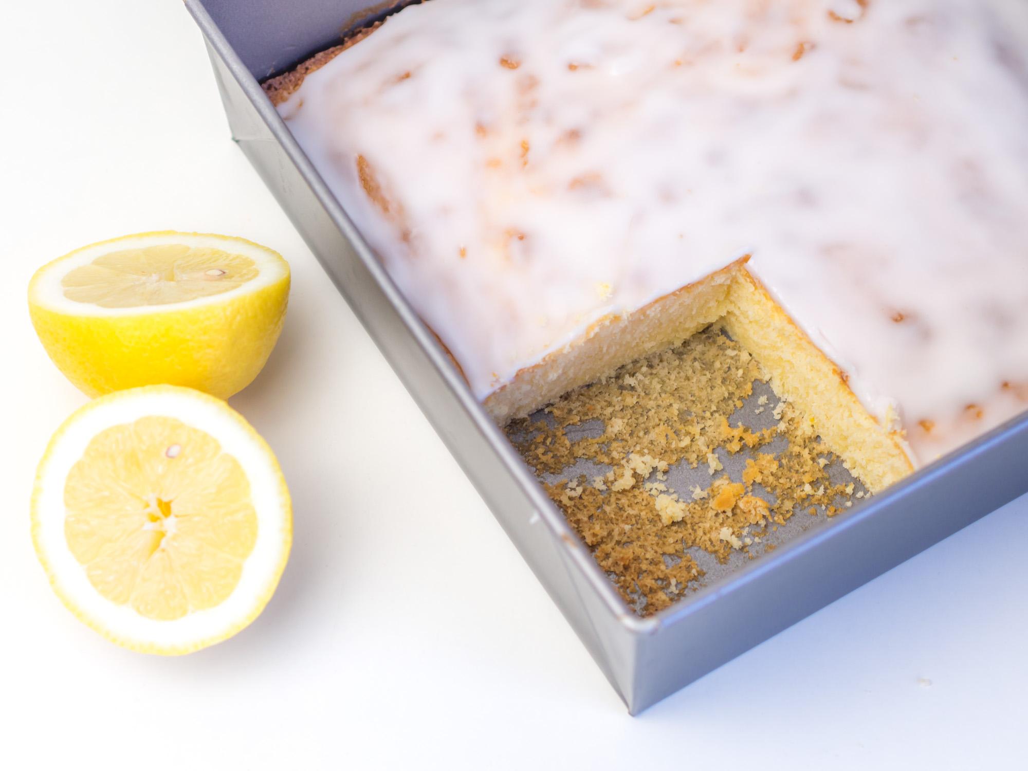 einfacher schneller zitronenkuchen vom blech mit zuckerguss. Black Bedroom Furniture Sets. Home Design Ideas