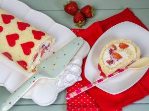 Biskuitroulade mit Erdbeersahne Füllung und Herzen aus Dekorteig