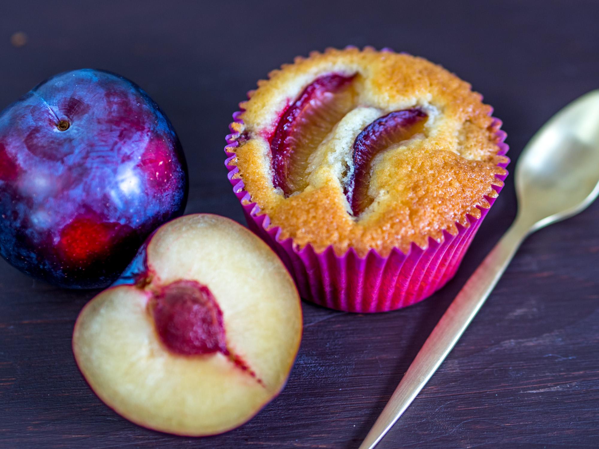 zwetschgen muffins oder pflaumen muffins mit marzipan. Black Bedroom Furniture Sets. Home Design Ideas