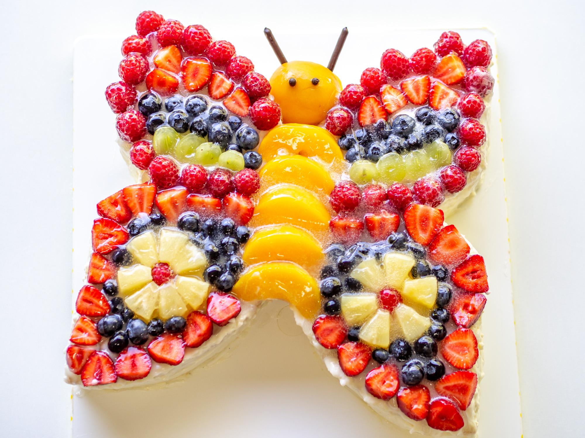 Bunter Schmetterlingstorte Mit Viel Obst Dekoriert Perfekt Fur Kinder