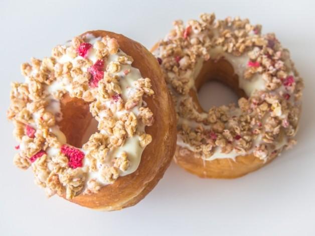 Donuts mit weißer Schokolade und Beeren-Knuspermüsli