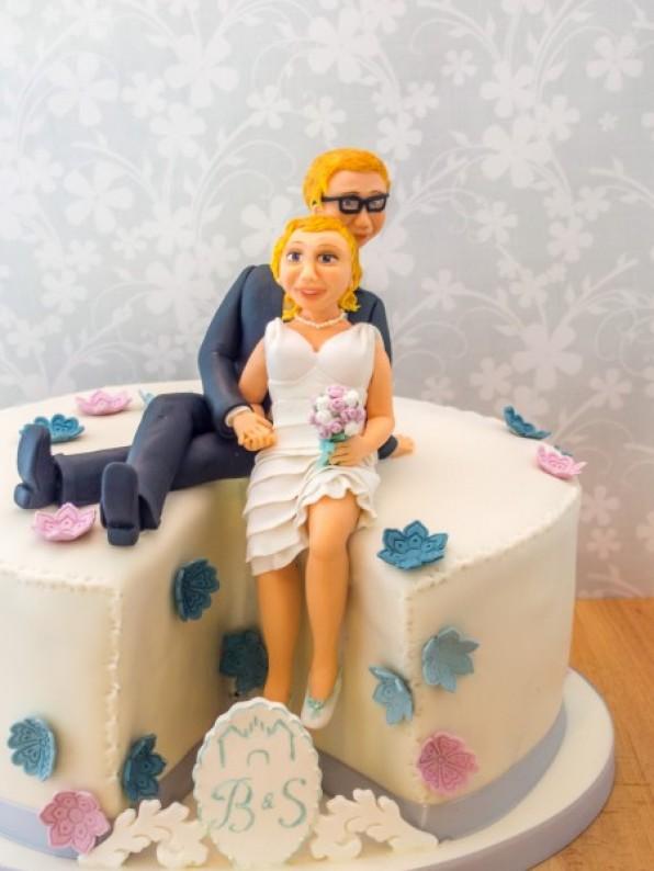 Hochzeitstorte mit Brautpaar-Figur