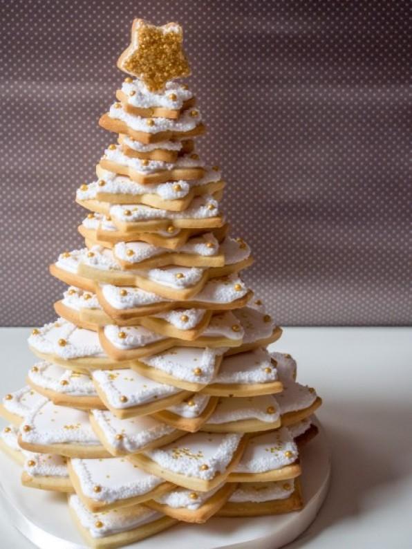 Weißer Weihnachtsbaum aus Plätzchen