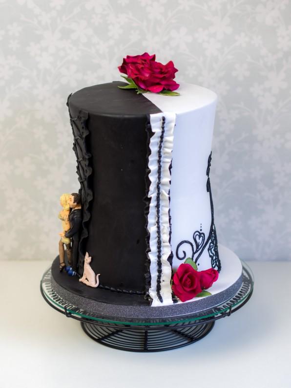 Eine schwarz weiße Hochzeitstorte
