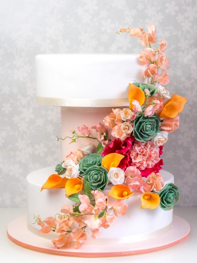 Moderne Hochzeitstorte mit Zuckerblumen
