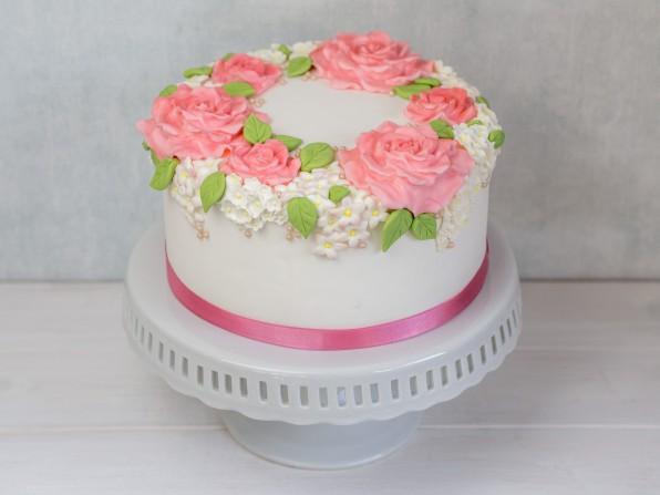 Einfache Hochzeitstorte selber machen – Blumenkranz aus Rosen {Video}**