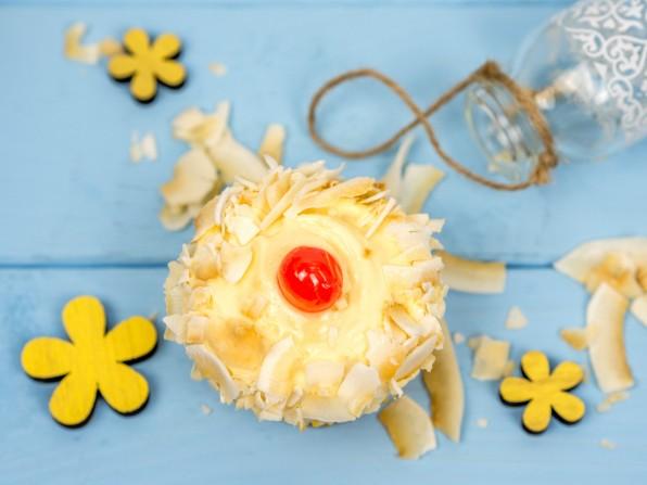 Exotische Kokos-Cupcakes mit Mango-Mousse-Frosting und Banane für den CoI