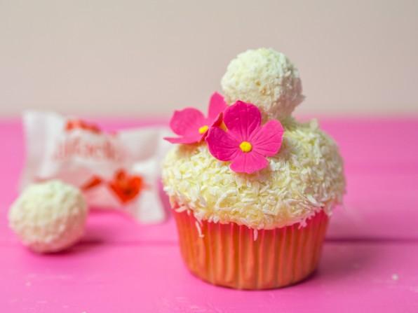 Raffaello-Cupcakes – Kokoscupcakes mit weißer Schokolade und Raffaello-Pralinen