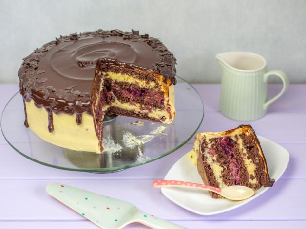 Eierlikörtorte mit Kirschen als Drip Cake