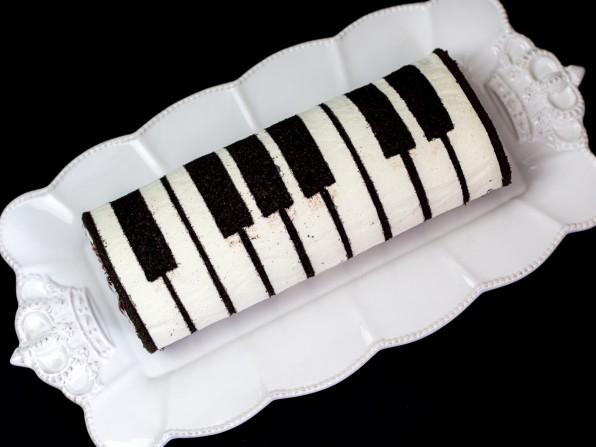 Biskuitroulade in Klavieroptik