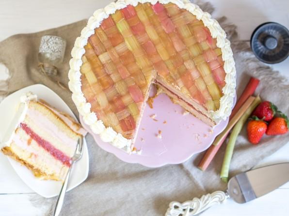 Rhabarber-Torte mit Rhabarbercreme und Erdbeeren {Video}