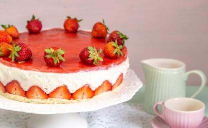 Leichte Erdbeer-Joghurttorte mit frischen Erdbeeren – und Tipps für Gelatine-Fix