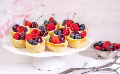 Niediche Mini-Käsekuchen mit Beeren