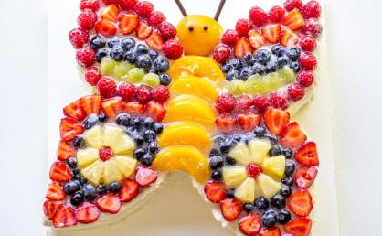 Kindertorte: Eine bunte Schmetterlingstorte mit viel Obst