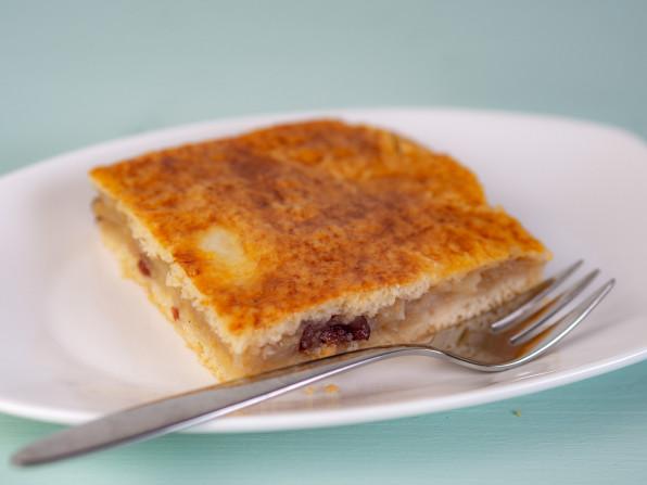 Gedeckter Apfelkuchen mit Cranberries