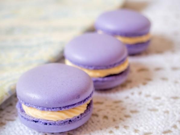 Gebacken sind die Macaronsschalen nun (und zwar zahllose in allen Farben des Regenbogens), so dass sie nun noch gefüllt, gegessen und verblogt werden müssen. Für euch bedeutet das, dass ihr in der nächsten Zeit sehr viele Macarons sehen werdet. Naja, ein paar Kuchen und Torten zwischendurch auch, sonst wird es ja langweilig :)