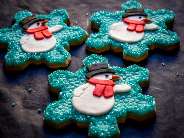 Schneeflocken-Plätzchen mit Schneemännern